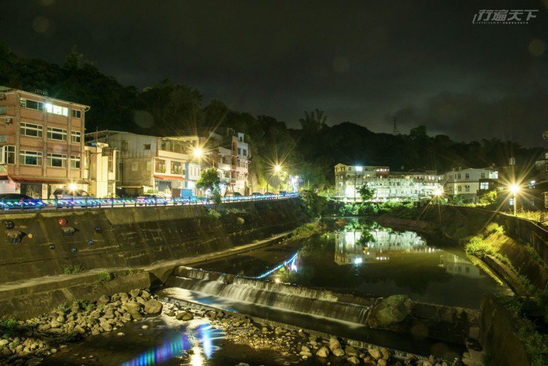 入夜時,別忘了到雙溪的溪畔遊走,光呼吸與聆聽水的聲音,就十足療癒。