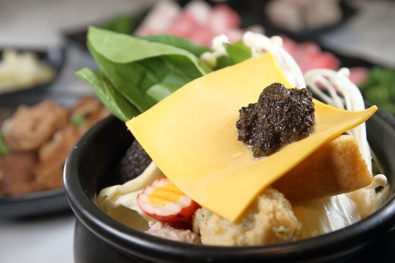湯底添加松露醬的「松露豚骨牛牛鍋」,每份298元。記者陳睿中/攝影