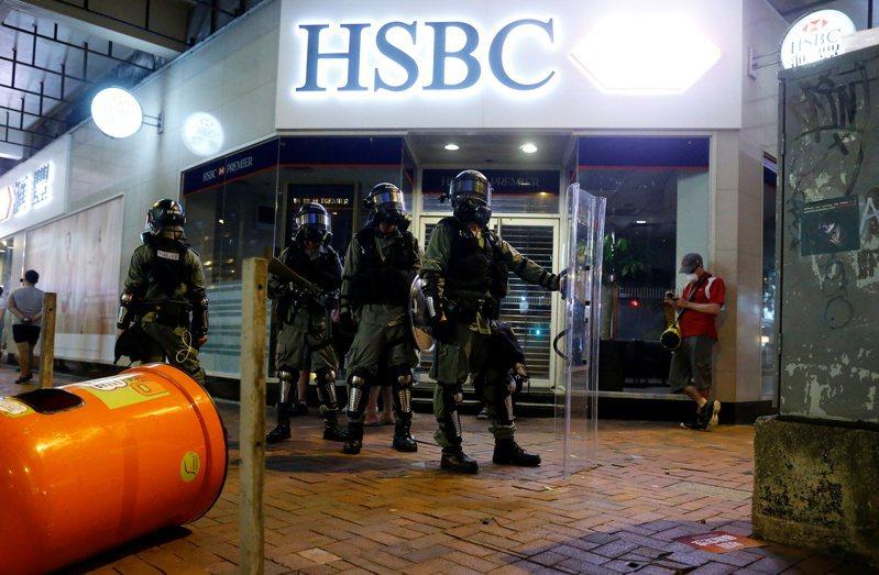 匯豐銀行在去年的香港反送中抗爭活動中遭波及。路透