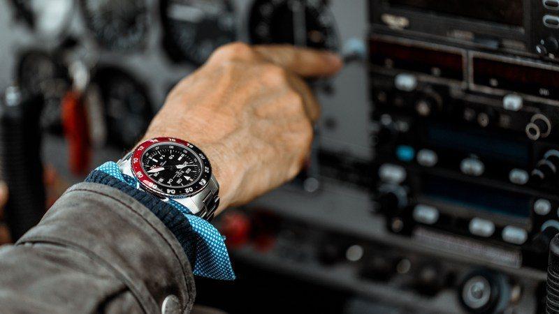 具雙色表圈的Ball Watch AeroGMT II腕表,輕鬆分辨家鄉時間的白晝或黑夜。圖 / 波爾表提供。