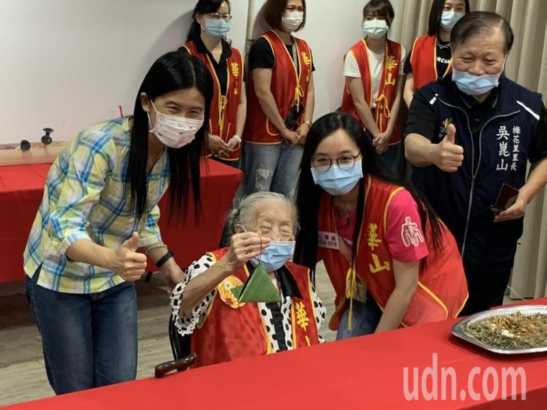 106歲人瑞繆奶奶開心高舉粽型手工香包。記者趙宥寧/攝影