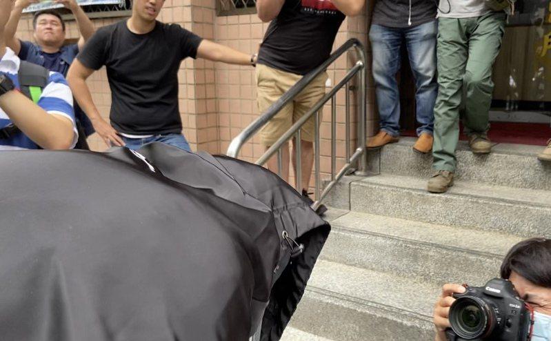 劉姓高中生不發一語,低頭快步走入派出所。記者柯毓庭/攝影