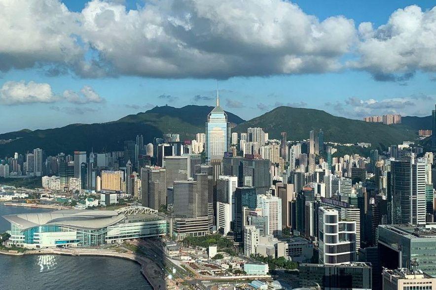中國大陸最大零售集團京東18日在香港交易所掛牌上市,這是繼中國大陸最大電商平台阿...