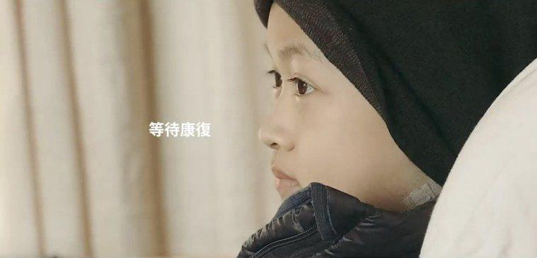 「村子裡的凱莉哥」將小露辛苦、難熬的過程剪輯成影片,從畫面中可以看到小露的害怕、...