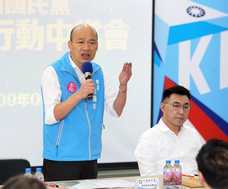 高雄市長韓國瑜(左)被罷免後,韓粉發動報復性罷免,但國民黨如果耽溺在報復性罷免中,錯失了檢討的時間,對國民黨的路線改革毫無益處。圖/聯合報系資料照片