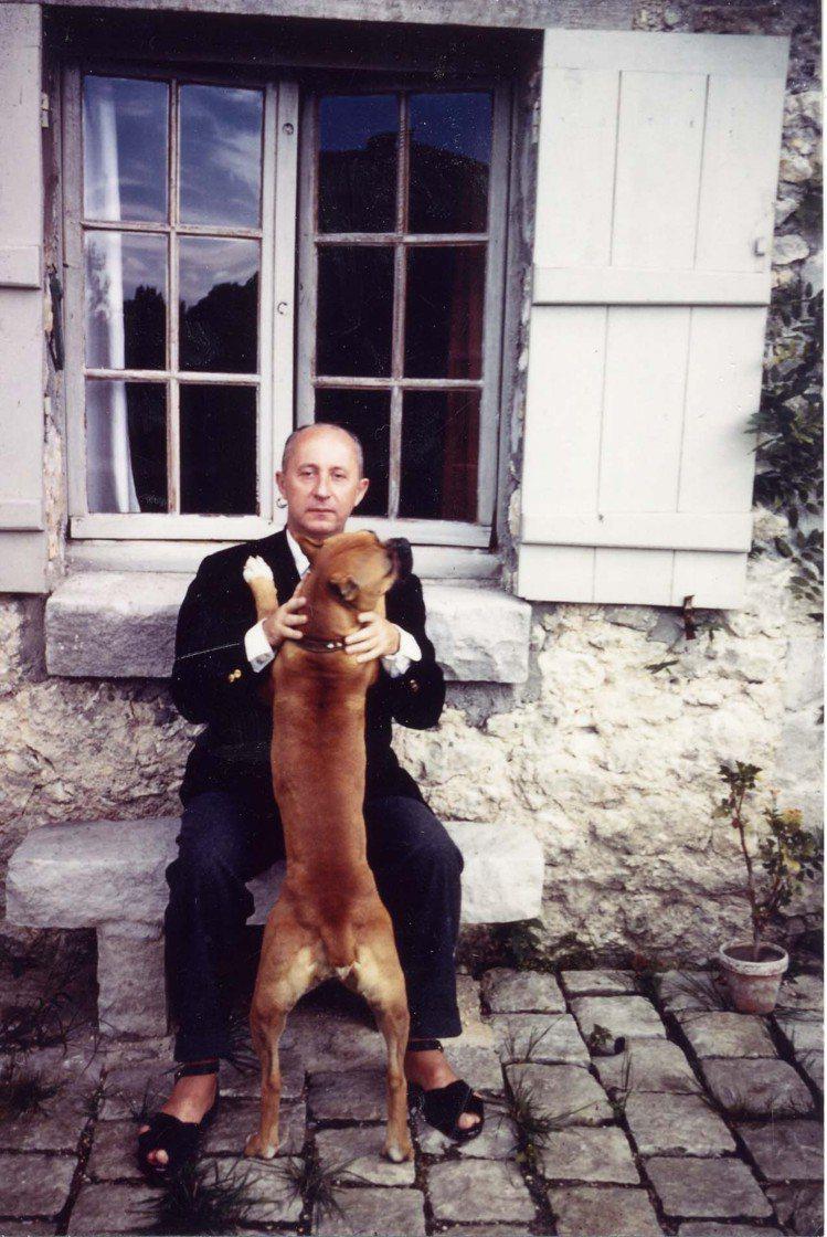 迪奧先生和愛犬Bobby合影。圖/DIOR提供