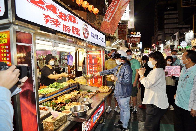 食品業者營業場所工作人員仍應「全程配戴口罩」。圖/嘉義市府提供