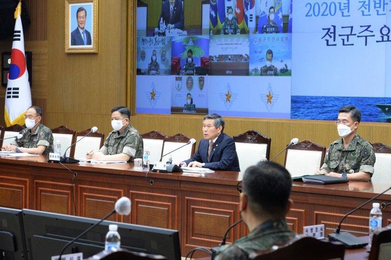 南韓國防部長鄭景斗(右二)10日主持軍事會議。歐新社
