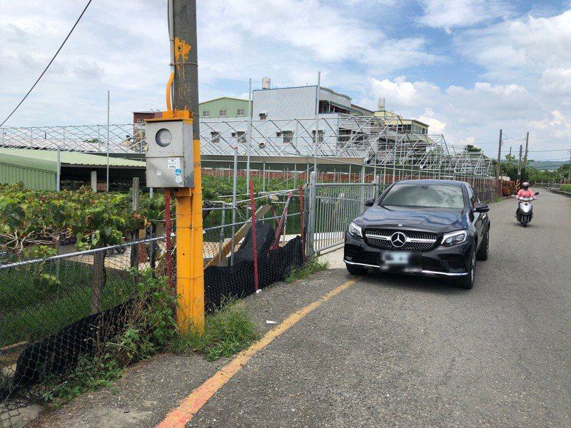 彰化縣是葡萄之鄉,種葡萄「錢」途好,有果農開著雙B新車巡視葡萄園。 圖/讀者提供