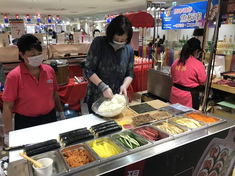 韓國道地的現捲現吃紫菜飯捲。記者李珣瑛/攝影