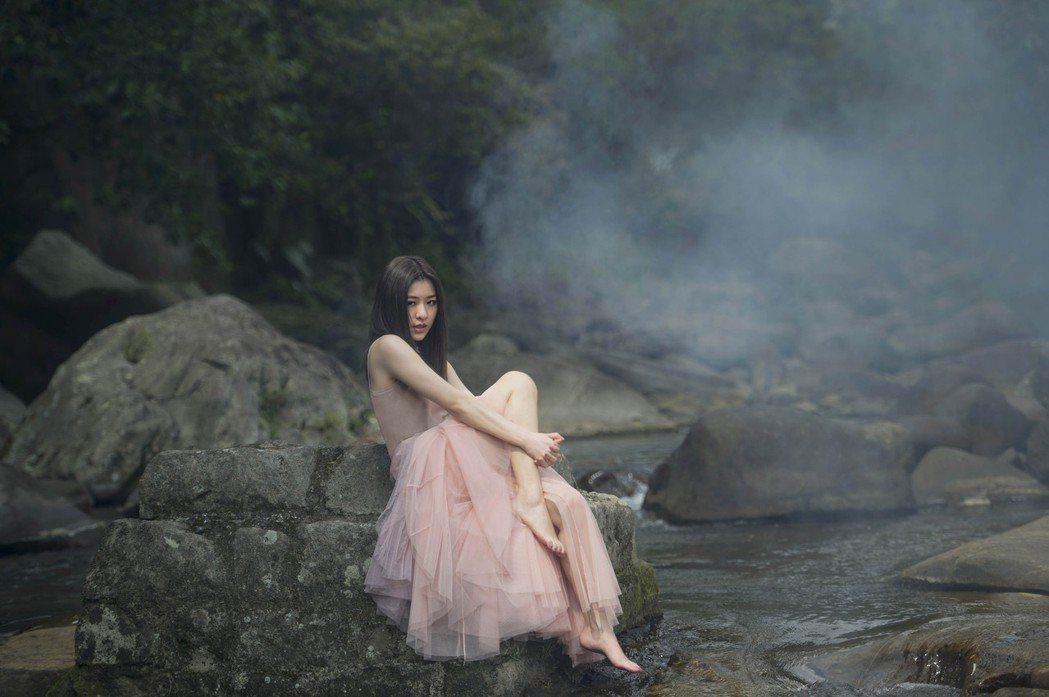 關詩敏穿著紗質洋裝,詮釋仙氣少女。圖/亞神音樂提供
