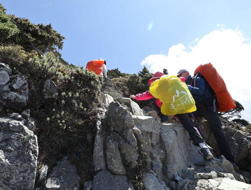 歷經4天登山行程,從向陽山爬上嘉明湖山屋,再經過三叉山,沿途都是大石塊,學生彼此...