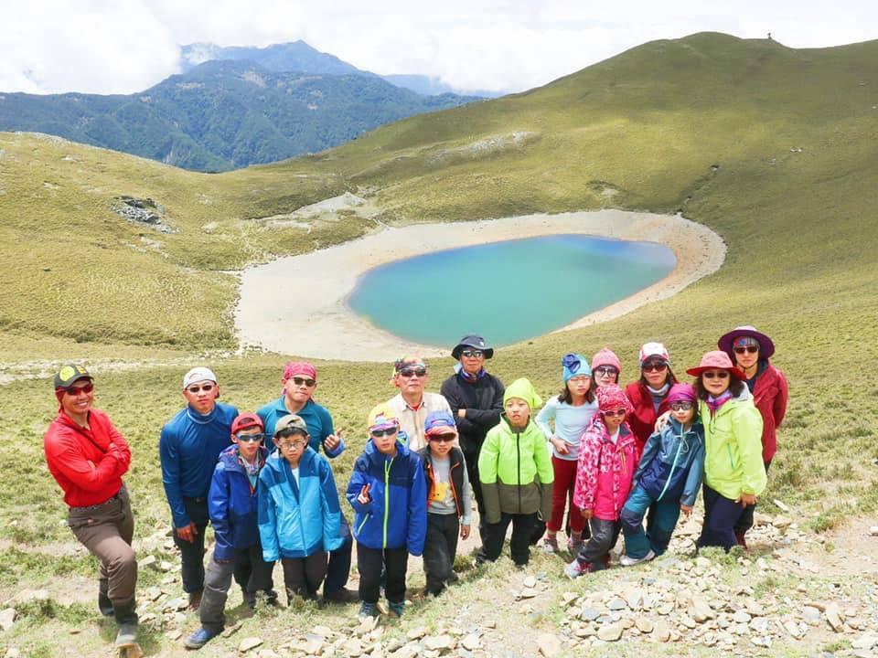 從學生一年級開始,李佩玲就會帶他們去爬郊山,從象山、劍潭山,去年挑戰玉山、雪山,...