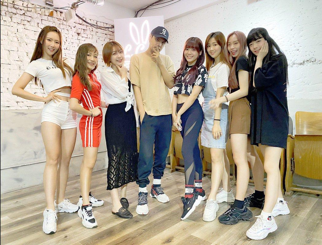 陳零九(左四)指導韓團「勵齊女孩」玩狼人殺。圖/韓國Rainbow經紀公司提供