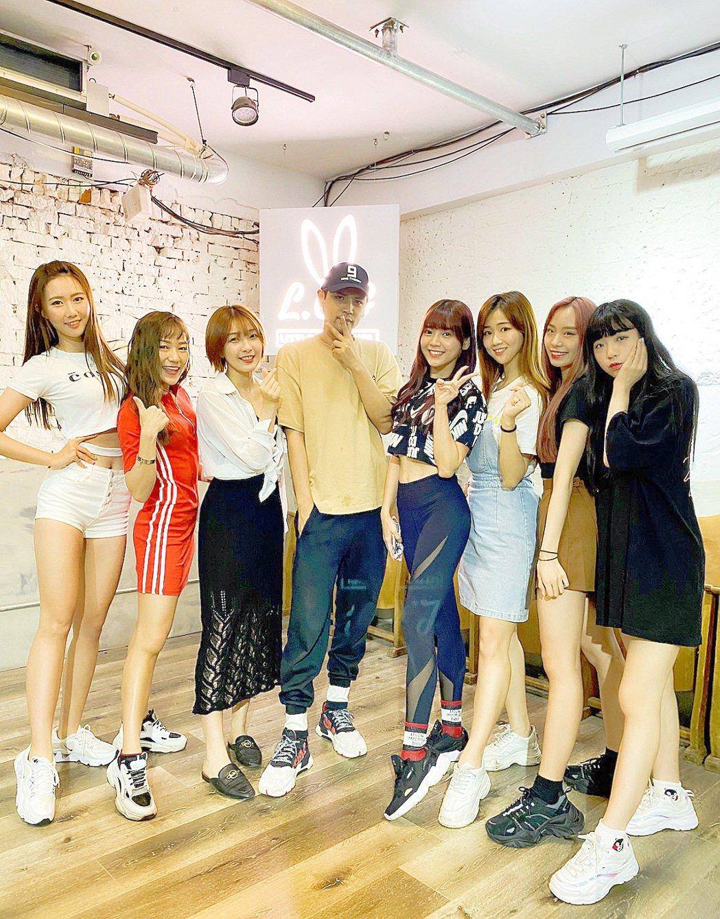 陳零九(左四)被韓團「勵齊女孩」發好人卡。圖/韓國Rainbow經紀公司提供
