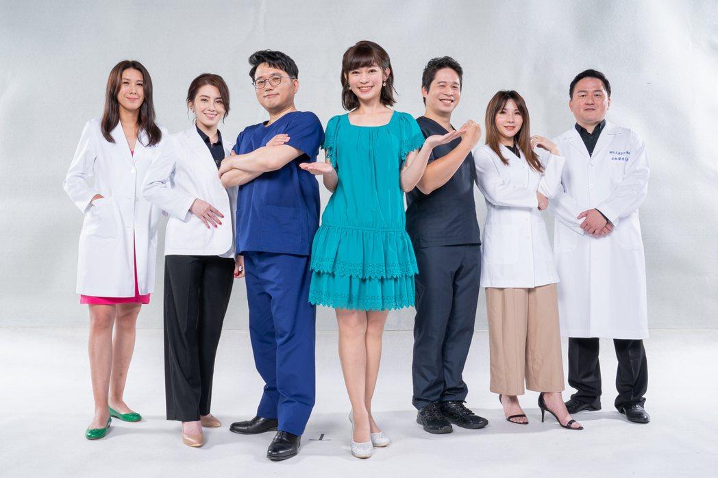 鄭凱云卸下主播身份,搭檔醫師江坤俊主持TVBS「健康2.0」。圖/TVBS提供