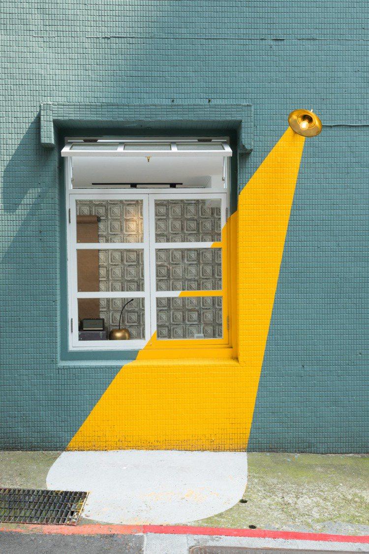 「打卡牆」畫上攝影棚打照的燈光,人站窗台前、燈光下,就是主角。記者陳立凱/攝影