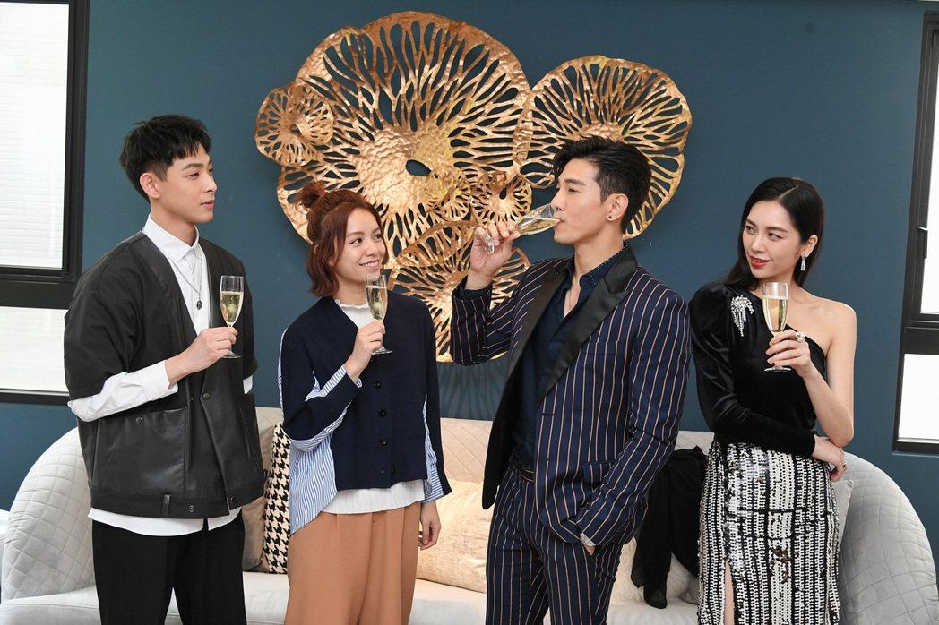 連晨翔(左起)宋芸樺、張立昂和廖奕琁在台中拍戲豪宅內慶功。圖/三立提供