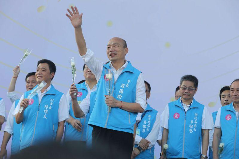 韓國瑜與他的小內閣團隊今天從市府「提前畢業」,離情依依,支持者為他送暖打氣。記者劉學聖/攝影