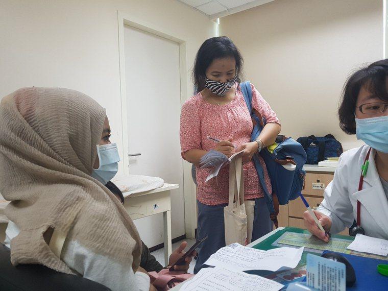 莉娜(左)回診時,每次都有TIWA的翻譯(中)陪同,讓醫師顏秀如(右)更了解莉娜...