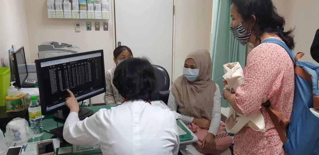 莉娜(中)在通譯莉莉(右一)的陪同下就醫,與醫師溝通更順暢。記者邱宜君/攝影