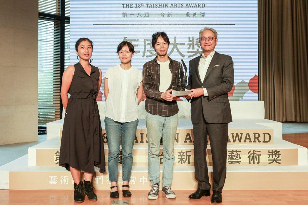 第18屆台新藝術獎年度大獎得主再拒劇團與台新藝術基金會創辦人吳東亮 (右一)合影