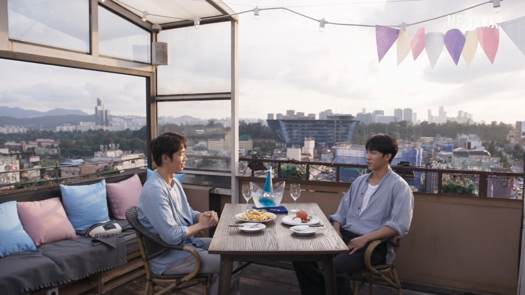 劉以豪(左)與南韓男星李昇基攜手主持「Twogether:男神一起來看你」。圖/