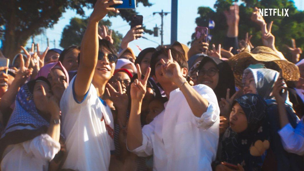 劉以豪(右)與南韓男星李昇基攜手主持「Twogether:男神一起來看你」。圖/...