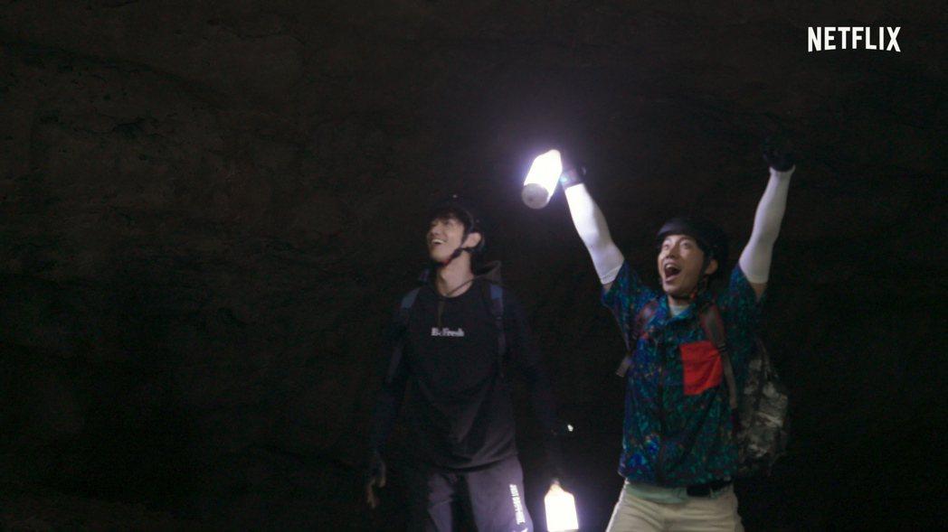 劉以豪(左)與南韓男星李昇基攜手主持「Twogether:男神一起來看你」。圖/...
