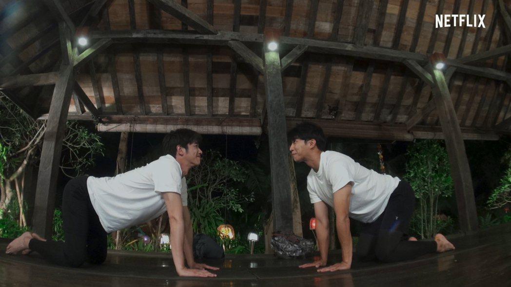 劉以豪(左)與南韓男星李昇基攜手主持「Twogether:男神一起來看你」,挑戰...