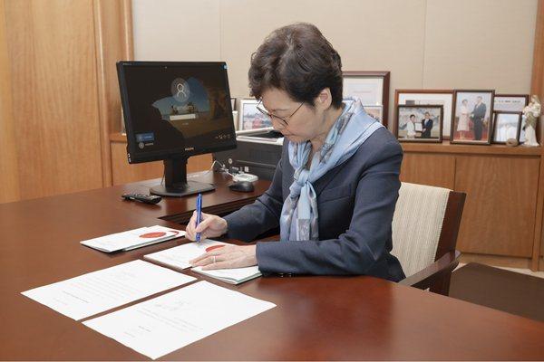 香港特首林鄭月娥簽署「國歌條例」。圖/取自香港政府新聞網
