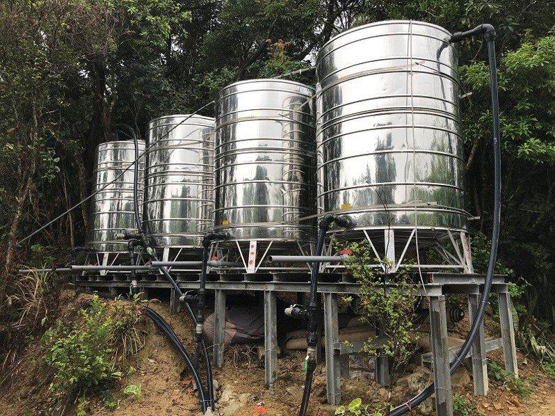 新北市深坑區公所增設儲水塔及送水管,解決部分民眾用水問題。圖/新北市水利局提供