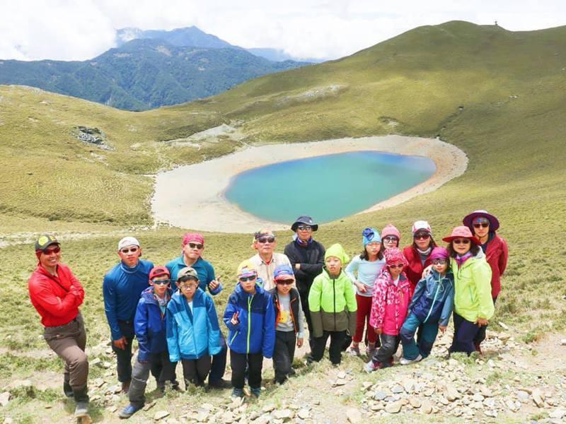 中山國小學生從一年級開始,李佩玲就會帶學生去爬郊山,一路爬到玉山、雪山,今年首度挑戰嘉明湖。圖/北市中山國小提供