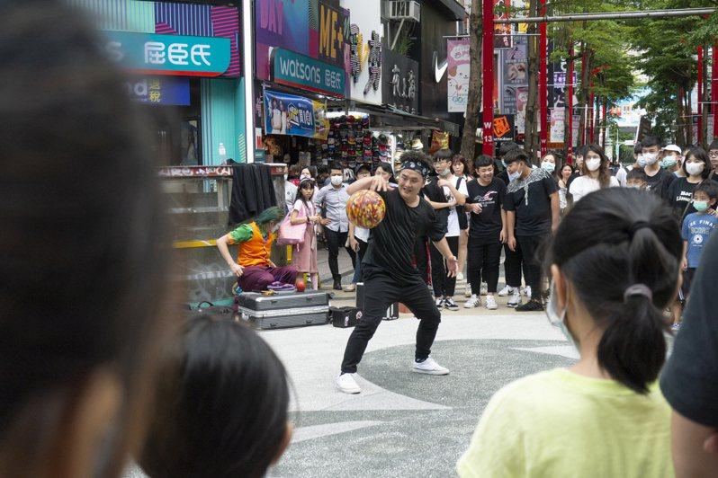 台北市街頭藝人審議制度已經15年,累積超過900組街頭藝人,每逢假日,西門町行人徒步區總是熱鬧。記者趙宥寧/攝影