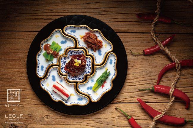 「五福」小菜以五個鳶尾藍搭配鑲金邊仿戰國時代漆器紋的瓷盤組成。圖/如意宴提供