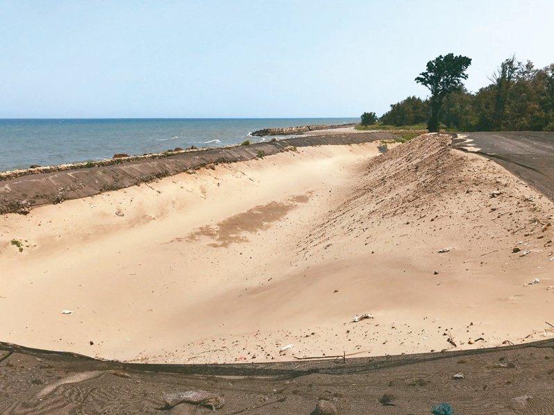 新竹縣新豐鄉鳳鼻隧道西側海岸遭傾倒有害廢棄物達20年,環保署補助縣環保局歷時近2年終於完成清除。記者陳斯穎/攝影