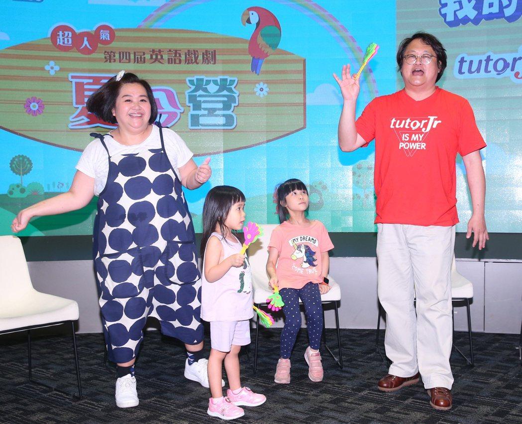鍾欣凌(左一)和女兒兔寶(前右)、二寶(前左)與如果劇團團長趙自強 (右一),出...