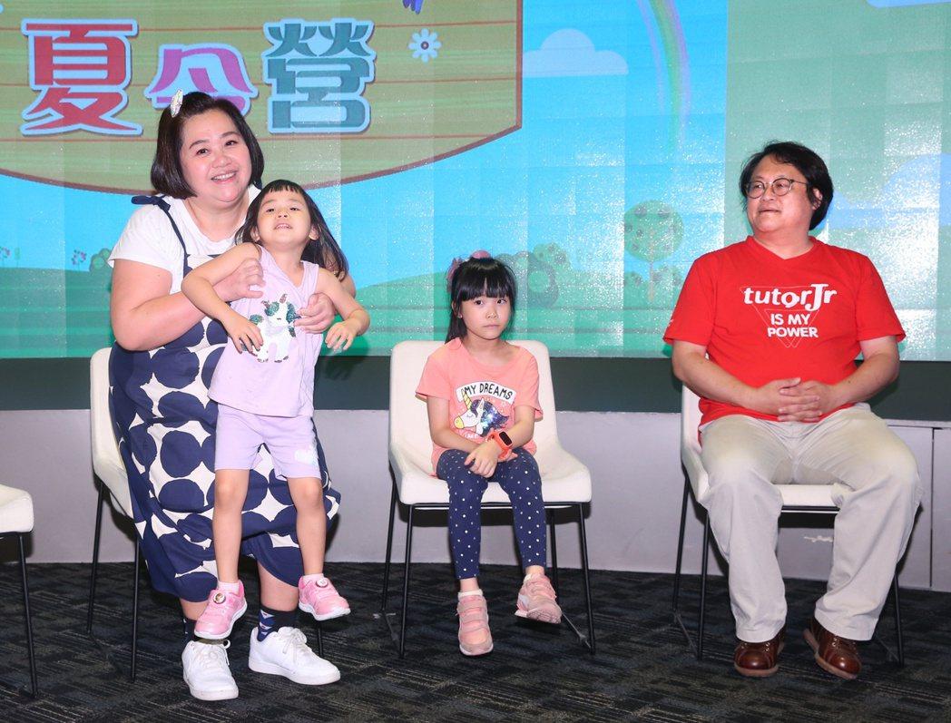 鍾欣凌(左一)和女兒兔寶(右二)、二寶(左二)與如果劇團團長趙自強 (右一),出...