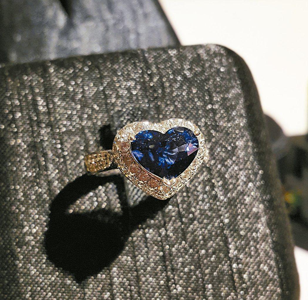 這顆心型藍寶石是李怡禛的珍藏,質地好又買得早,如今價格已翻二、三倍。