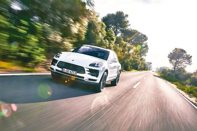 The new Macan的操控運動表現堪稱是同級車款之最,也兼顧了日常行駛的舒...