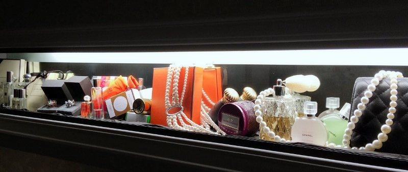 李怡禛的香水、珠寶及名牌包,放進她創辦的火鍋店內洗手間櫥窗,成為該店特色。 圖/...