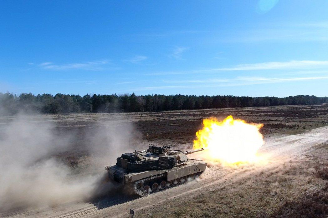在波蘭波莫瑞地區進行射擊訓練的M1坦克。 圖/美國陸軍