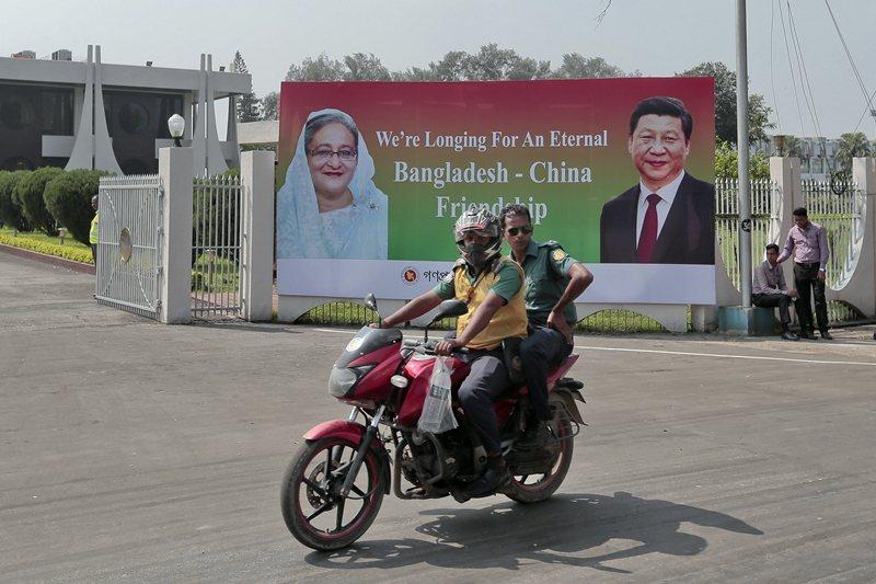 孟加拉國總理哈西娜與習近平的看板,寫著孟加拉與中國友誼長存。 圖/美聯社