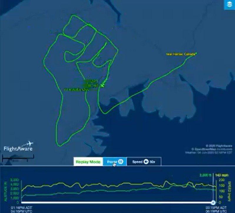 迪米崔在在空中繪製出「高舉的拳頭」圖樣,表達自己的訴求。圖擷自Twitter