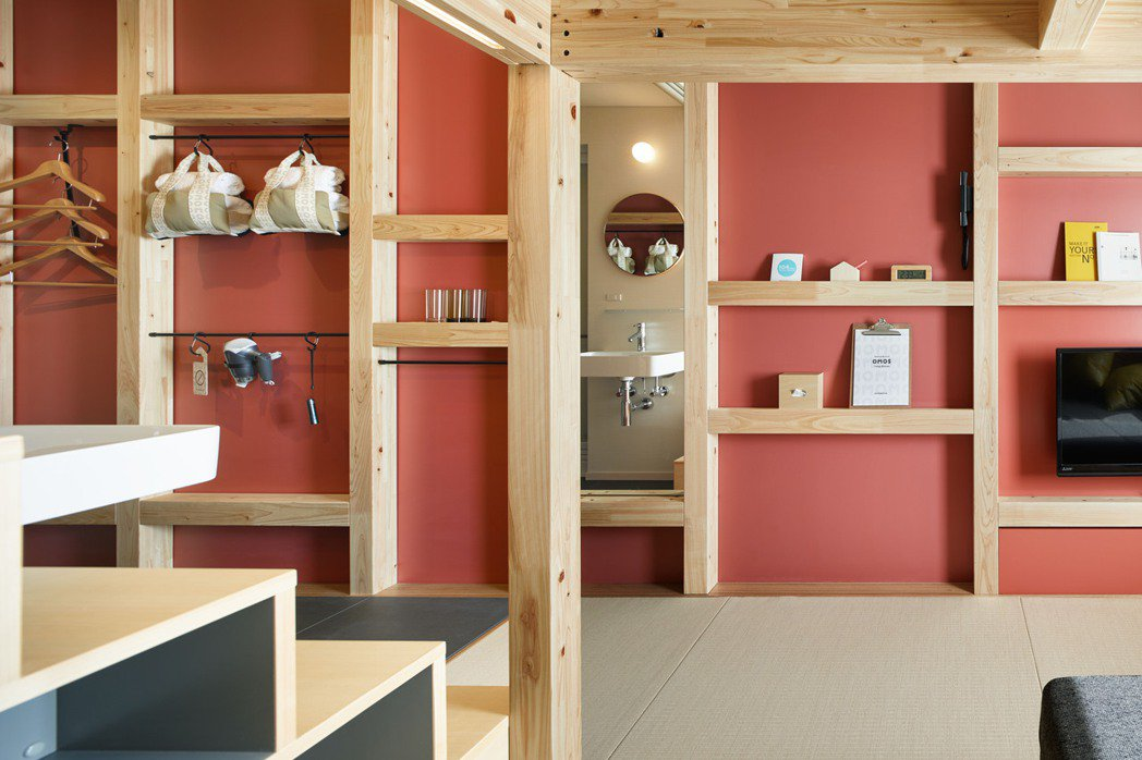 房間內牆上運用九十度角的木材拼組設計成收納及擺飾兩全的空間,讓旅客自由運用。...