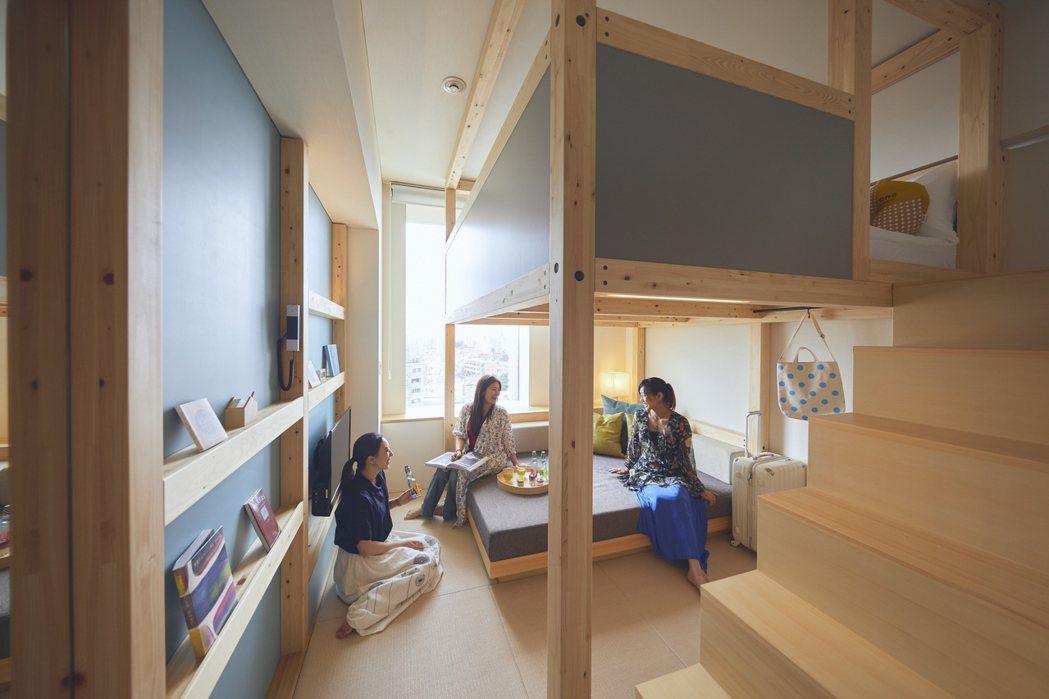 閣樓上的小臥房與沙發分離的設計,到睡前的一秒都能保持床鋪乾淨與舒適。 圖/OMO...