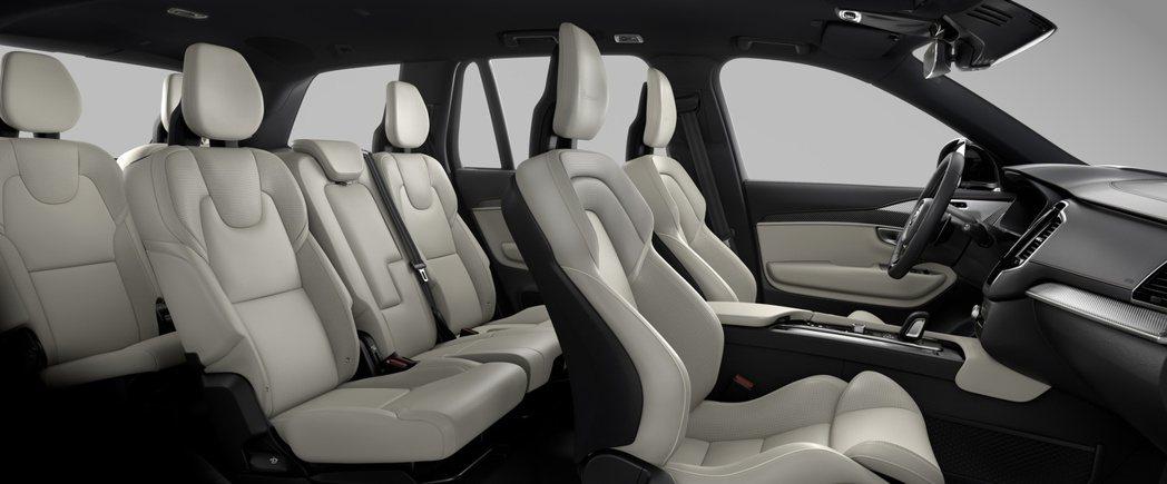 Volvo XC90 承襲人文薈萃與人因介面理念所打造的車室格局,蘊涵豪華本色的...
