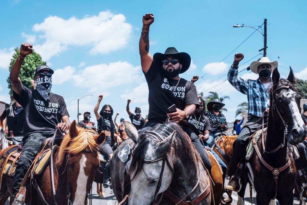 「黑牛仔曾是自由與驕傲的象徵,卻也是被刻意遺忘的歷史。」圖為參加反警暴示威的康普...