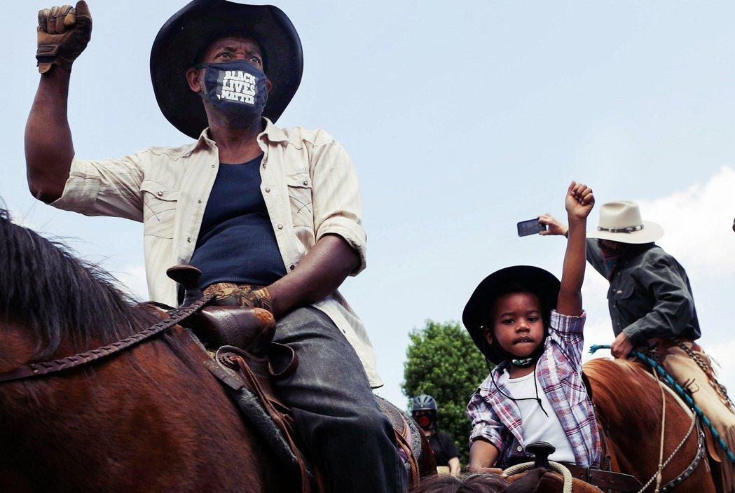 「康普頓牛仔」(Compton Cowboys)的團體,率領黑人騎士們加入示威的...