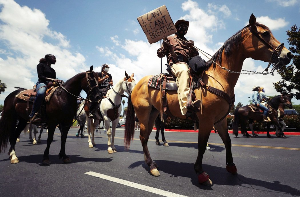 加州的康普頓等地區,陸續出現了騎著馬上街參加示威的黑人團體,成為一系列抗爭活動中...
